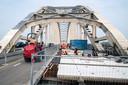 PR dgfoto Gelderlander Nijmegen: Groot onderhoud aan de Waalbrug. [OP DE FOTO: DE NIEUWE BETONNEN SEGMENTEN - UNIEK VOOR NEDERLAND - WORDEN IN HET WEGDEK AANGEBRACHT]