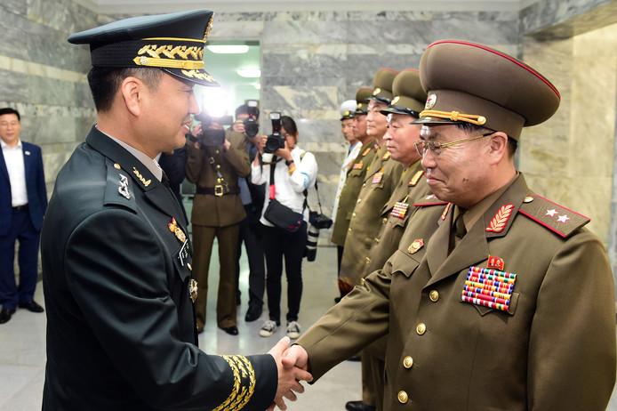 Hoge Noord- en Zuid-Koreaanse militairen drukken elkaar voor het eerst in tien jaar de hand.