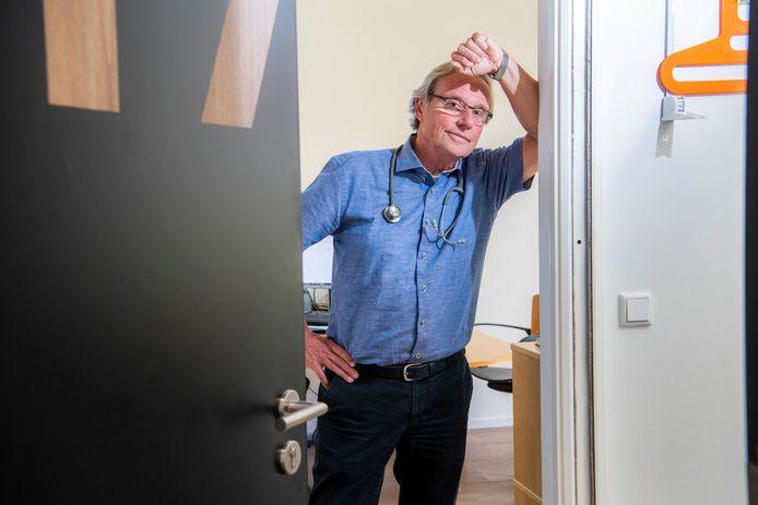 Na 36 jaar is het per 1 juli einde verhaal voor huisarts Michiel Luykx in Apeldoorn. Hij gaat met pensioen. Maandag trekt hij de deur van zijn spreekkamer achter zich voor het laatst dicht.