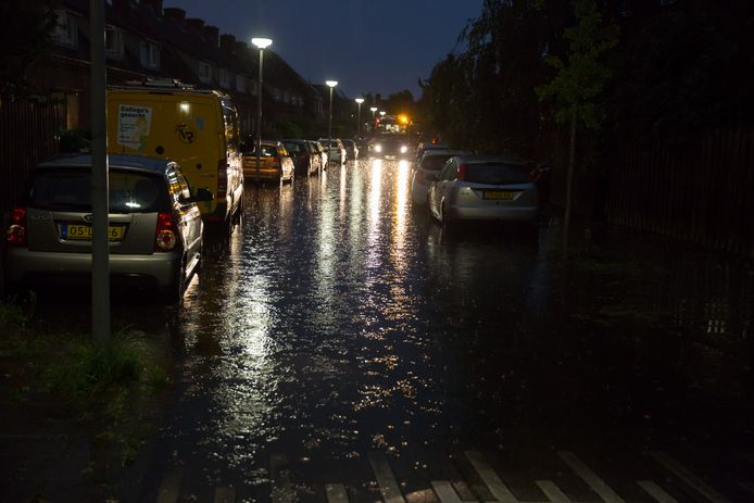 Wateroverlast in de Kalsdonksestraat in Roosendaal.