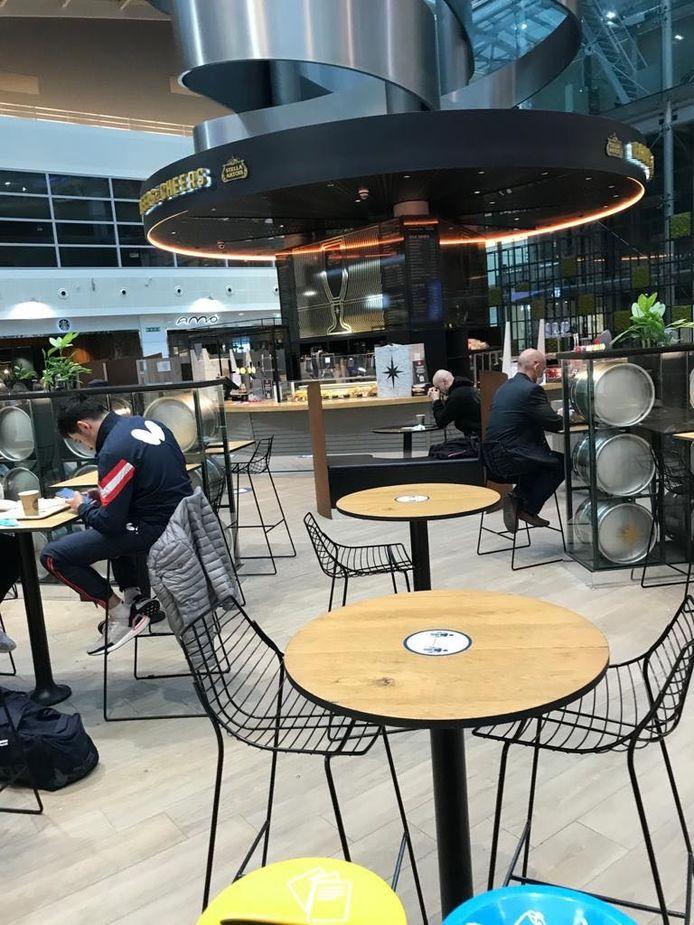 De cafés op Zaventem die voorbij de veiligheidscontrole liggen, mogen wel nog open blijven.