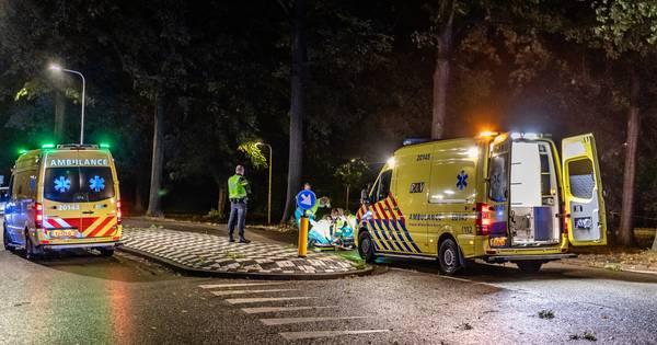 Man zwaargewond bij botsing tegen boom in Tilburg.