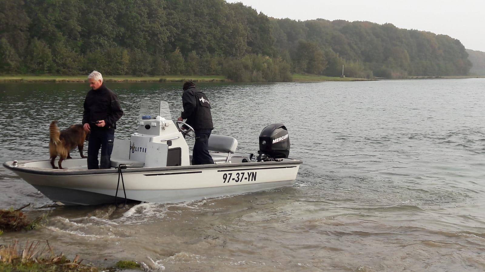 Een hond op een boot zoekt mee op het water.