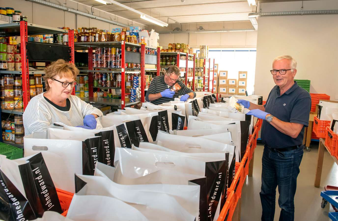 Elke week moeten er meer tassen worden gevuld voor mensen die zich melden bij voedselbank. Coördinator Antoinette Walenberg en bestuursvoorzitter Coen van Woerkom (r) hopen dat de gemeenten meebetalen om de verhuizing naar een groter pand mogelijk te maken.