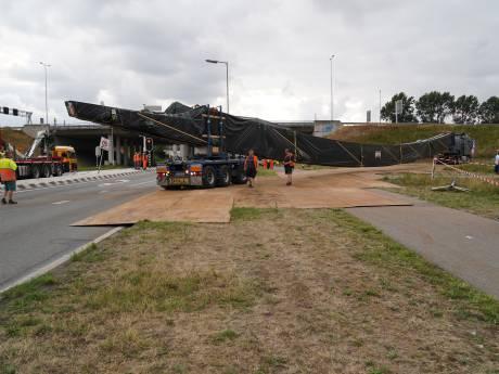 Enorme vrachtwagens bij afrit Rozenburg eindelijk 'bevrijd'
