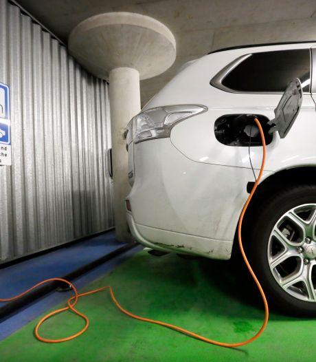 Zijn onze parkeergarages wel bestand tegen branden in elektrische auto's? 'We maken ons grote zorgen!'