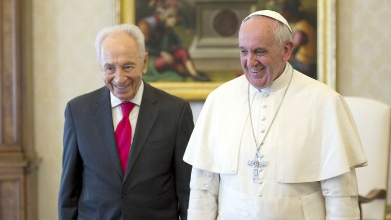 De paus en de Israëlische president Shimon Peres. Beeld ap
