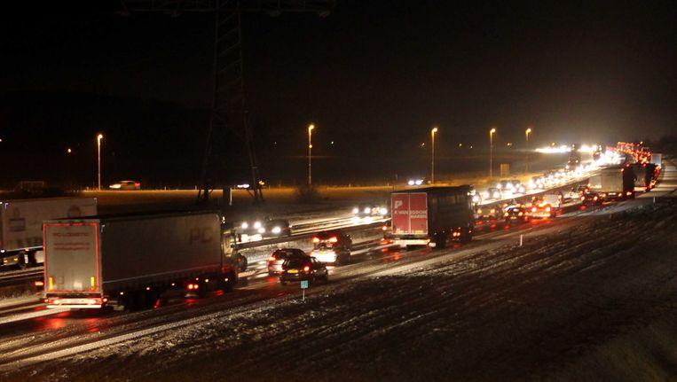 De snelweg A50 bij Ravenstein is na een winterse bui spekglad geworden Beeld ANP