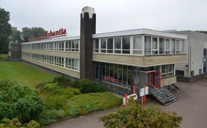 Het voormalige Tubantia-pand aan de Getfertsingel in Enschede, de plek waar de gemeente nu nog zes uitgeprocedeerden opvangt.