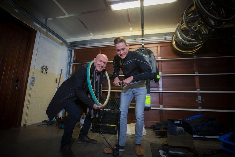 Michel Wuyts in de garage van Mathieu van der Poel.