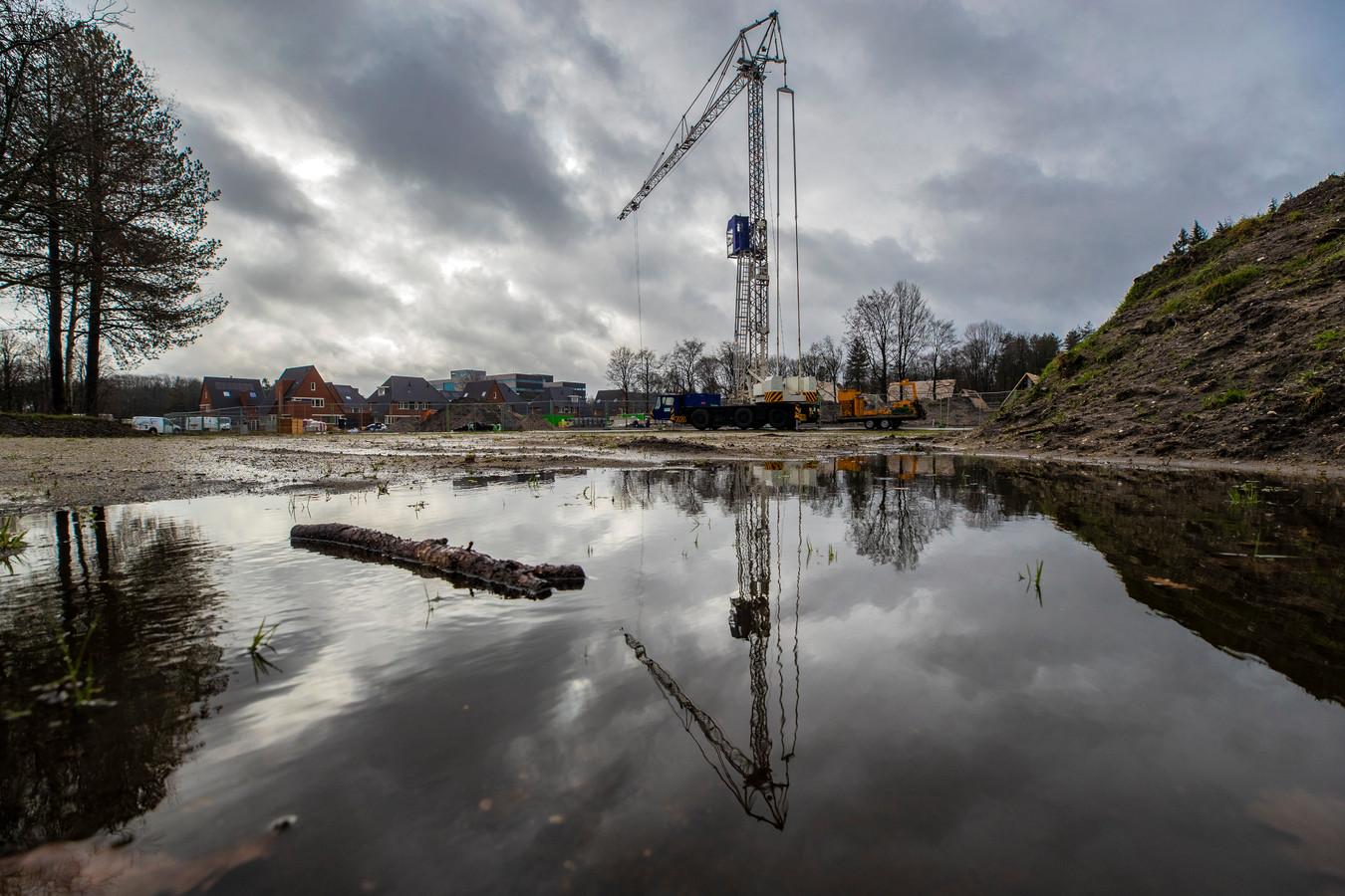"""Woningbouw in Apeldoorn. Hier wel. Maar dat is nog lang niet genoeg om de krapte op de woningmarkt op te lossen. ,,Kom op met die vergunningen"""", zegt voorzitter Ger Jaarsma van de Nederlandse Ondernemersvereniging voor Afbouwbedrijven."""