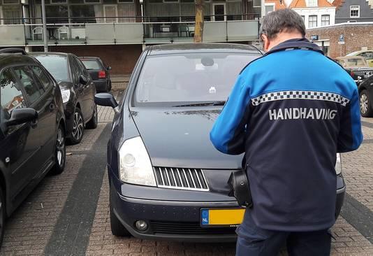 Een handhaver deelt een boete uit (foto ter illustratie).