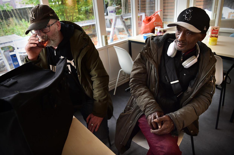 Bezoekers van de Sleep Inn in Utrecht.  Beeld Marcel van den Bergh / de Volkskrant