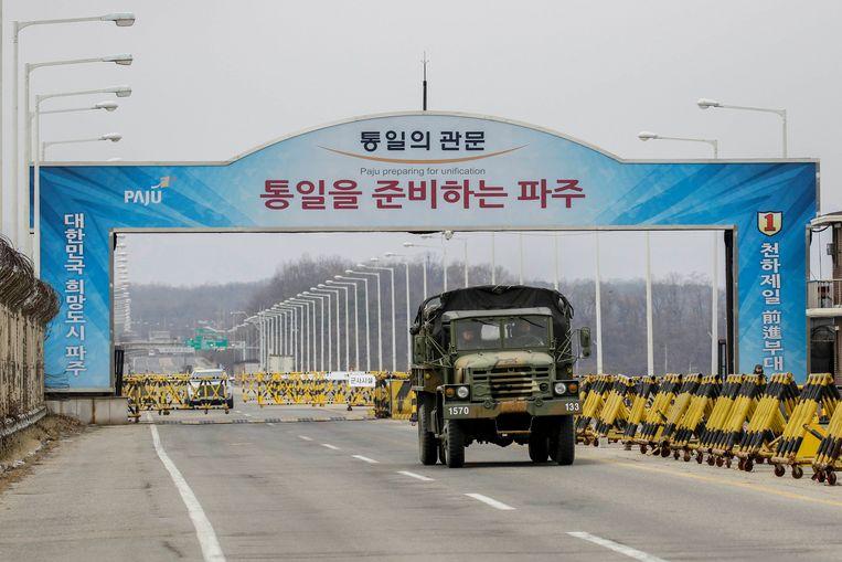 Een militair voertuig rijdt onder de Eenheidsbrug door in Paju, Gyeonggi, in Zuid-Korea.