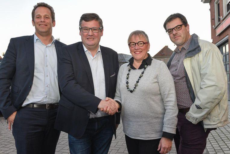 Burgemeesters Joop Verzele en Kathleen Hutsebaut (midden).