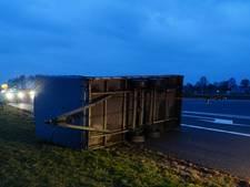 Aanhanger gekanteld bij afrit Staphorst op de A28