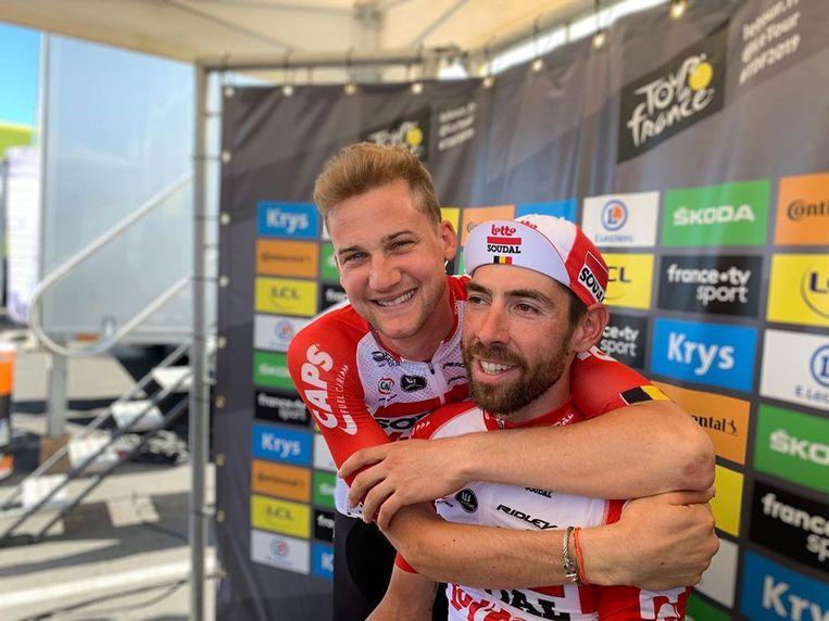 Dikke vrienden op de hot seat: Wellens knuffelt De Gendt na diens fenomenale tijdrit vrijdag.