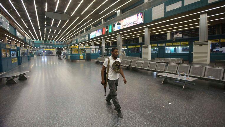 De verlaten vertrekhal op het vliegveld van Tripoli Beeld REUTERS