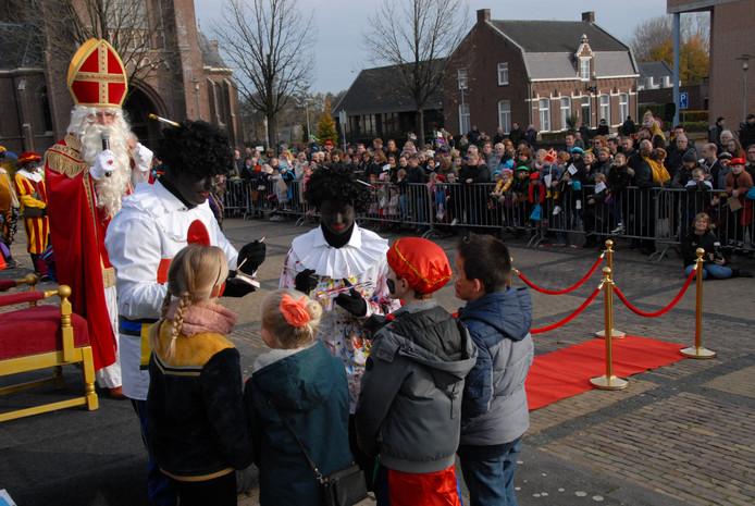 Piet Mondriaan en Piet Casso beschilderen onder toeziend oog van Sinterklaas de gezichten van kinderen in Haaren