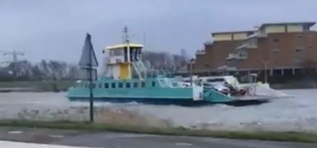 Schipper trotseert storm met pont op het Spui