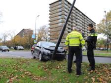 Automobilist ramt lantaarnpaal in Rijswijk
