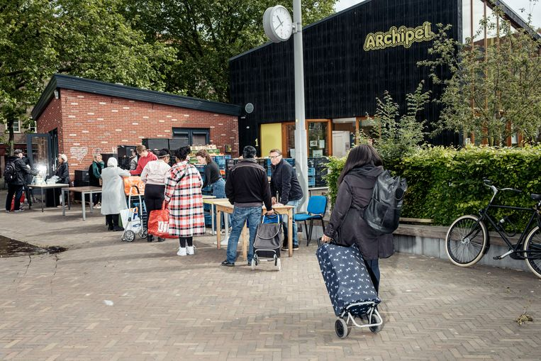 Rij voor de Voedselbank in Amsterdam-Oost. Door de coronacrisis zullen meer Amsterdammers in financiële problemen komen. Beeld Jakob Van Vliet