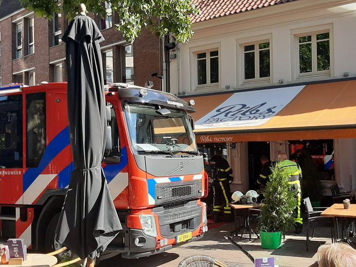 Brandweer bij de Ribsfactory in Tilburg, waar brand woedde.
