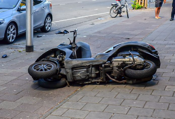 Motorrijder en auto botsen tegen elkaar op de Bosscheweg in Tilburg.