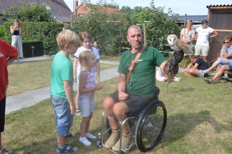 Niels toont een uil aan de kinderen.