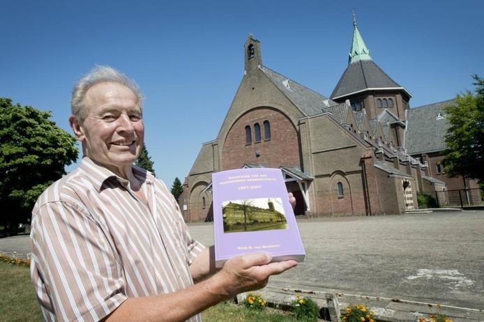 Henk van Meekeren met zijn pastoorsboek bij de Nijmeegse Lourdeskerk. Foto: Bert Beelen