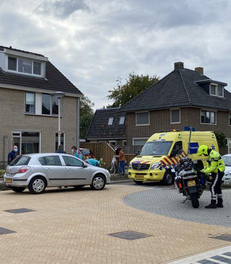Vrouw fietst driesprong in Nijverdal op, automobilist schept haar