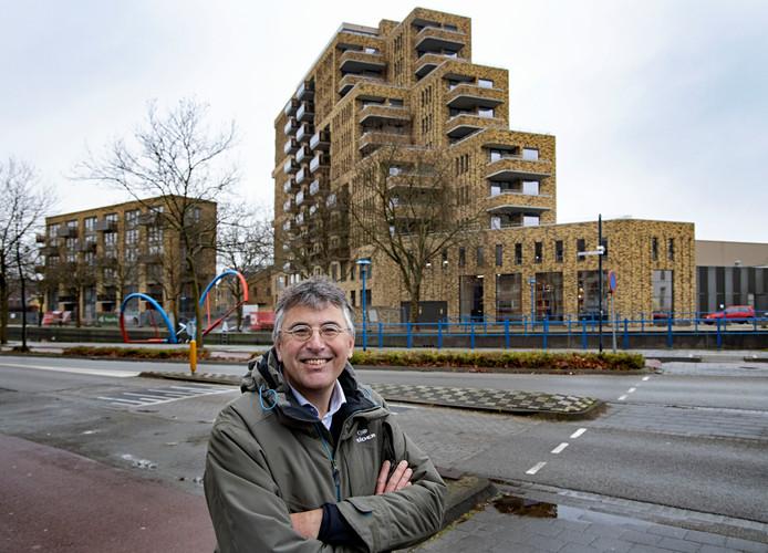 Eugene Franken bij een van zijn favoriete gebouwen: het woongebouw Picuskade aan het Eindhovensch Kanaal in Eindhoven. FOTO RENÉ MANDERS/FOTOMEULENHOF
