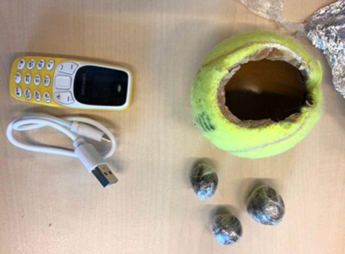 In de tennisballen zaten een gsm, xtc en hasj.