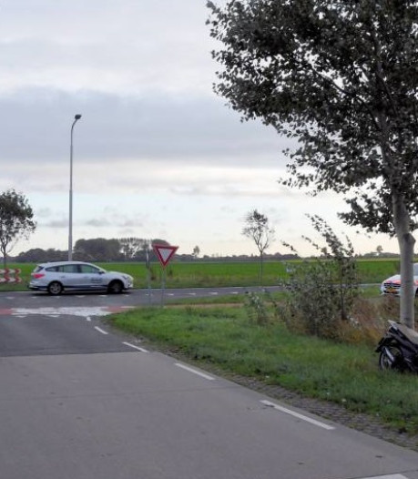 Auto botst op scooter in Zoutelande