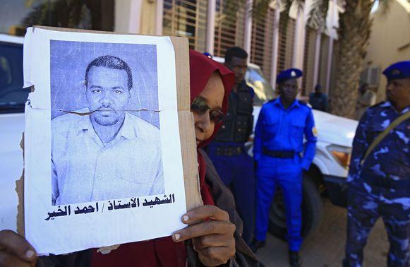Een vrouw houdt een foto vast van de onderwijzer Ahmed Al-Khair die door leden van de inlichtingendiensten in 2018 gedood werd.