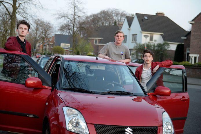 Emre Ermis, Pepijn Blaak en Melle Bakker waarschuwen; stap niet met drie personen in een auto, dat kan een dikke boete opleveren.