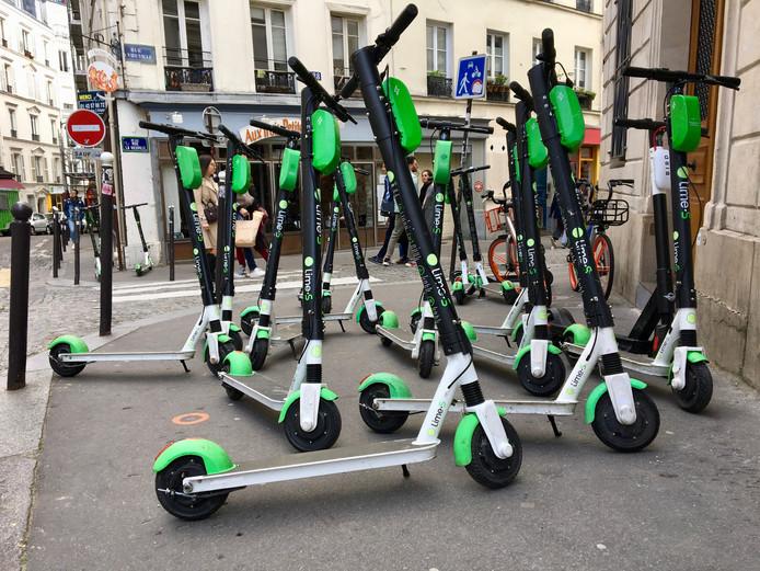 Achtergelaten e-steps blokkeren een Parijse stoep.