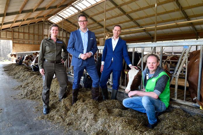 Campina gaat boeren een hogere prijs geven voor melk in ruil voor meer natuur op hun land. De samenwerking tussen Campina en Natuurmonumenten is woensdag bezegeld op het erf van melkveehouder Niels Wassenaar in Leusden. Vlnr.: Esther Rust, Natuurmonumenten-directeur Marc van den Tweel, FrieslandCampina-baas Bas Roelofs en Niels Wassenaar.