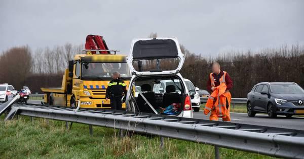 Automobilist verliest zonnepanelen bij botsing op de A58 en raakt gewond.