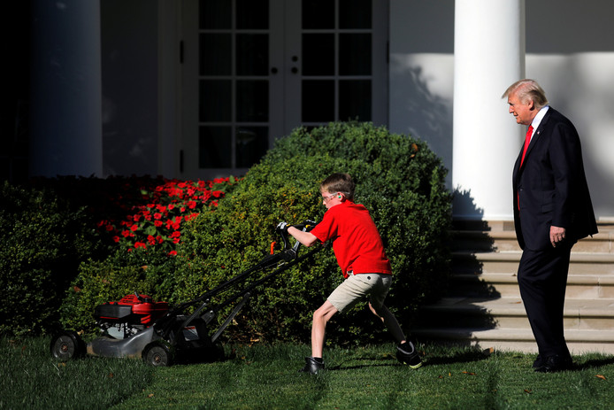President Donald Trump kijkt kritisch toe hoe Frank het gras maait. Foto Carlos Barria/Reuters