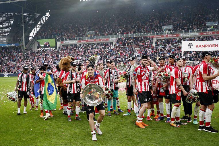 PSV-speler Santiago Arias met de schaal, zondag na de 3-0 overwinning op Ajax. Beeld null