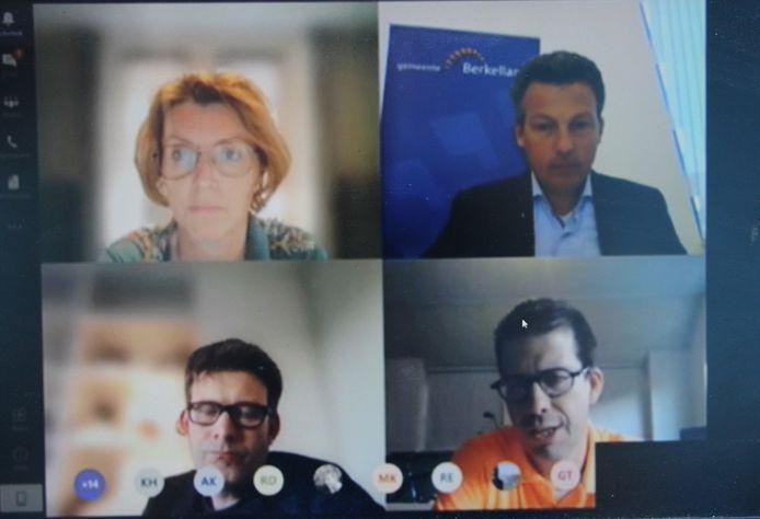 Shot uit digitale vergadering van de commissie Bestuur en Sociaal van de gemeente Berkelland, met vanaf linksboven met de klok mee Martine Tenhagen (CDA), voorzitter Gerard Hilhorst, burgemeester Joost van Oostrum en Han Boer (D66).