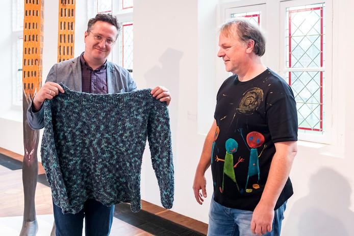 Hans Spekman schenkt z'n gebreide trui aan artistiek directeur Bart Rutten.