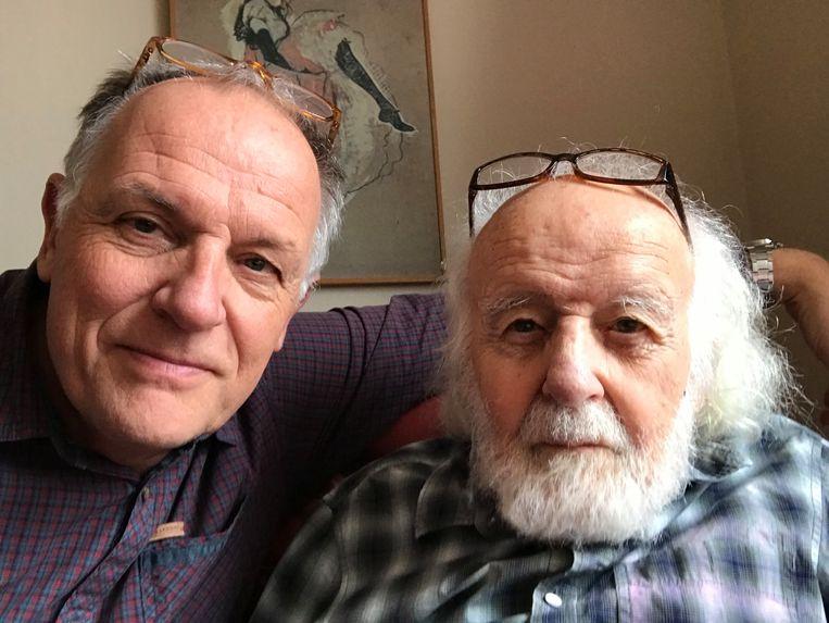 Tomas Jansma met zijn vader. Beeld