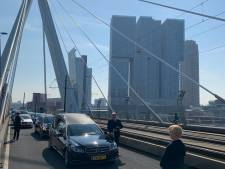 Erasmusbrug minutenlang bezet voor uitvaart Theo (57): Hij had dit zó mooi gevonden