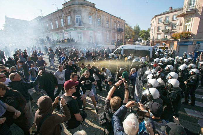 De politie gebruikte traangas en een waterkanon om zo'n 300 extreemrechtse betogers te verjagen die de eerste homorechtenmars probeerden tegen te houden.