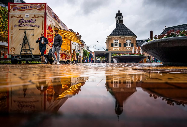 Een oliebollenkraam op de Koornmarkt in het centrum van Almelo Beeld Freek van den Bergh / de Volkskrant