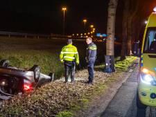 Man redt bestuurster uit auto die op dak in sloot ligt langs A58 Hilvarenbeek