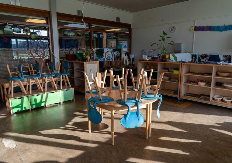 De eerste scholen gingen weer dicht door een coronabesmetting, meestal omdat er niet genoeg leraren waren om de klassen te draaien.  Beeld ANP