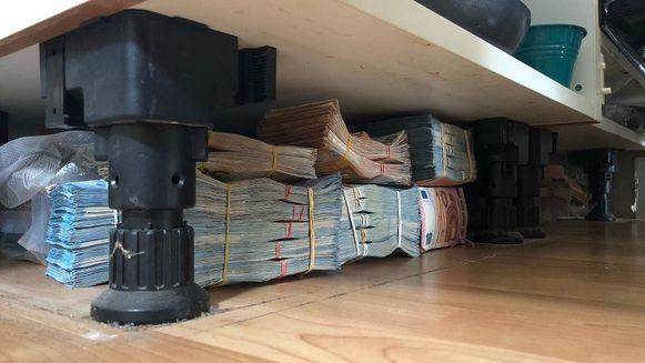 Het geld lag achter een plint onder het keukenblok.